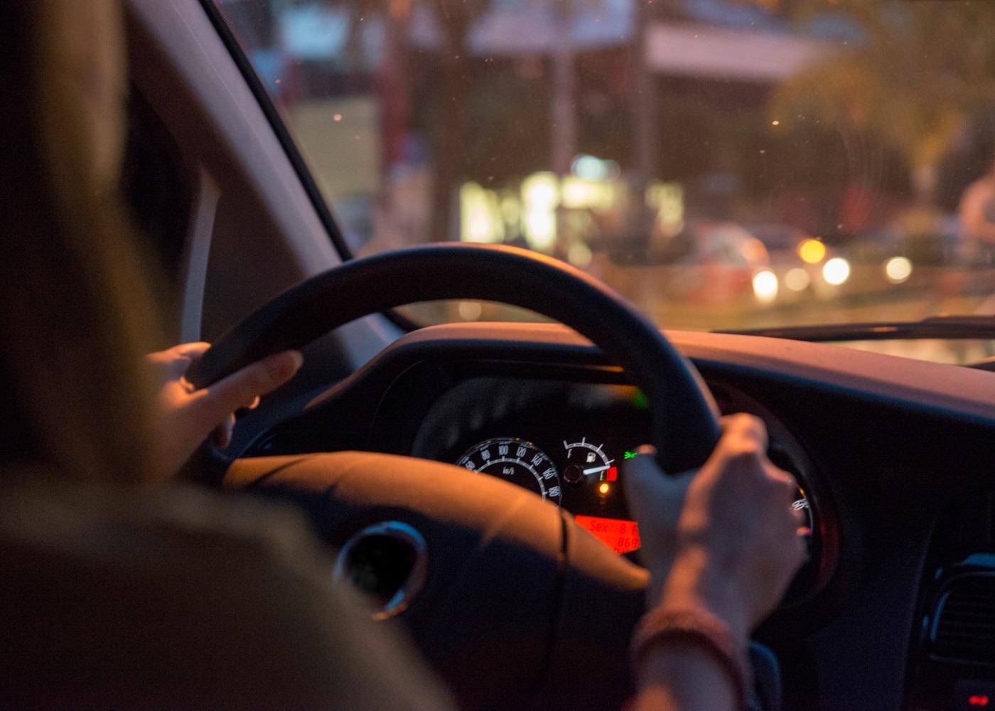condutora ao volante de um carro