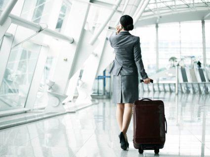 Mulher com sapatos confortáveis para viagem
