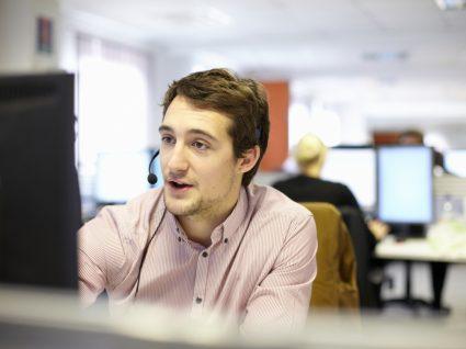 jovem a trabalhar em call center