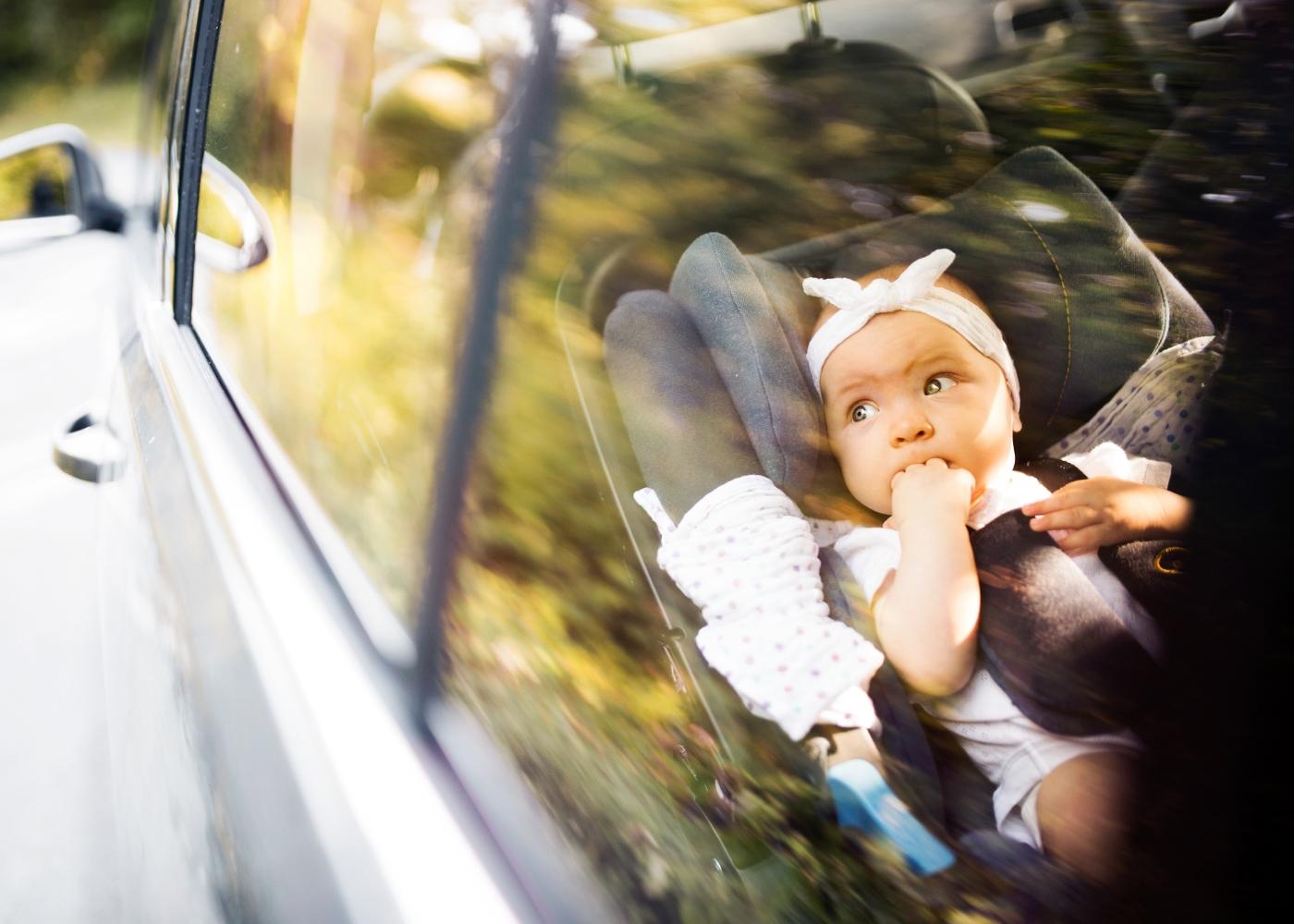 bebé em cadeira no carro