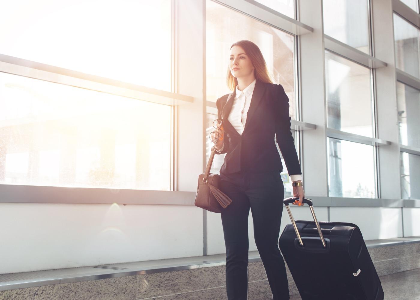 mulher com mala preparada parafazer viagem de negócios