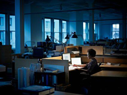 trabalhadora a exceder o horário de trabalho
