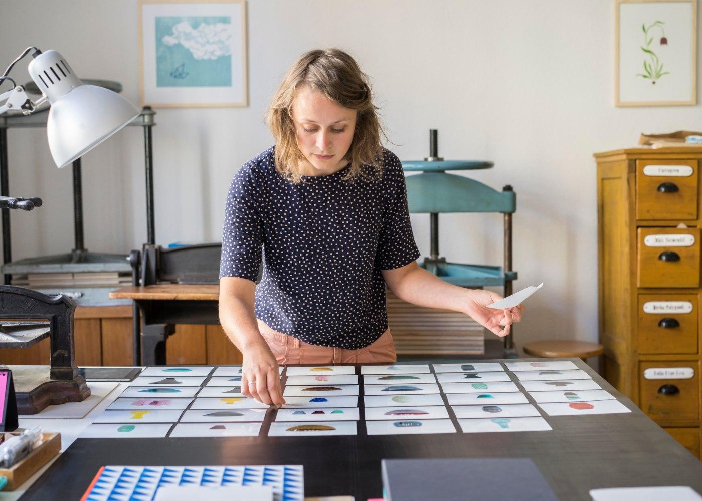 mulher designer a trabalhar