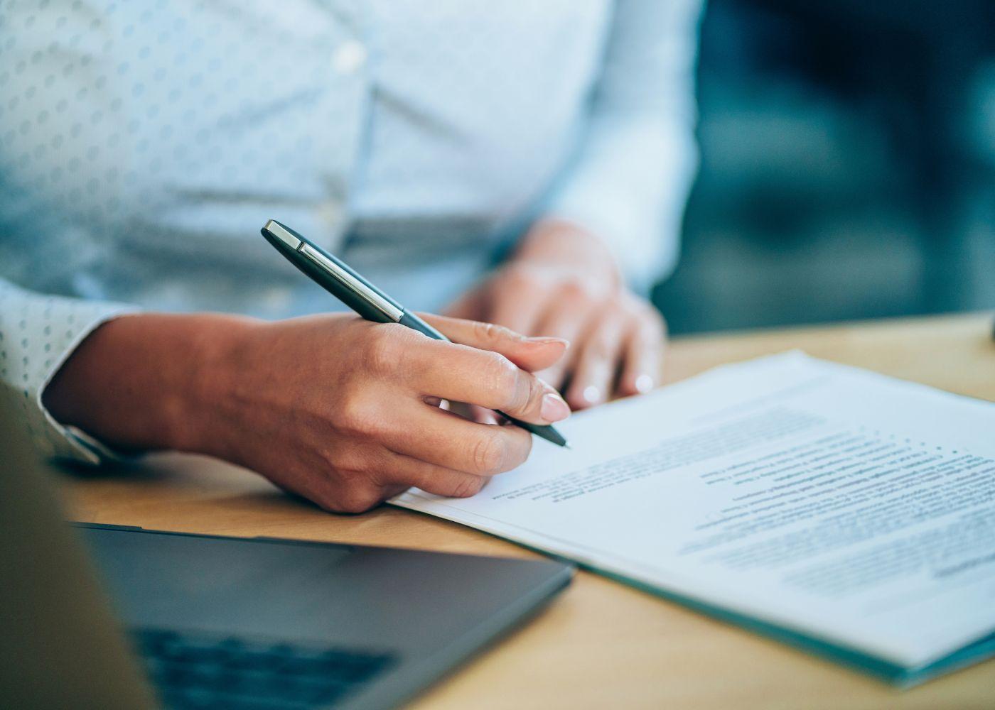 pessoa a assinar documento de rescisão do contrato