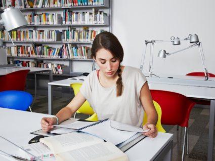rapariga a estudar numa bilbioteca