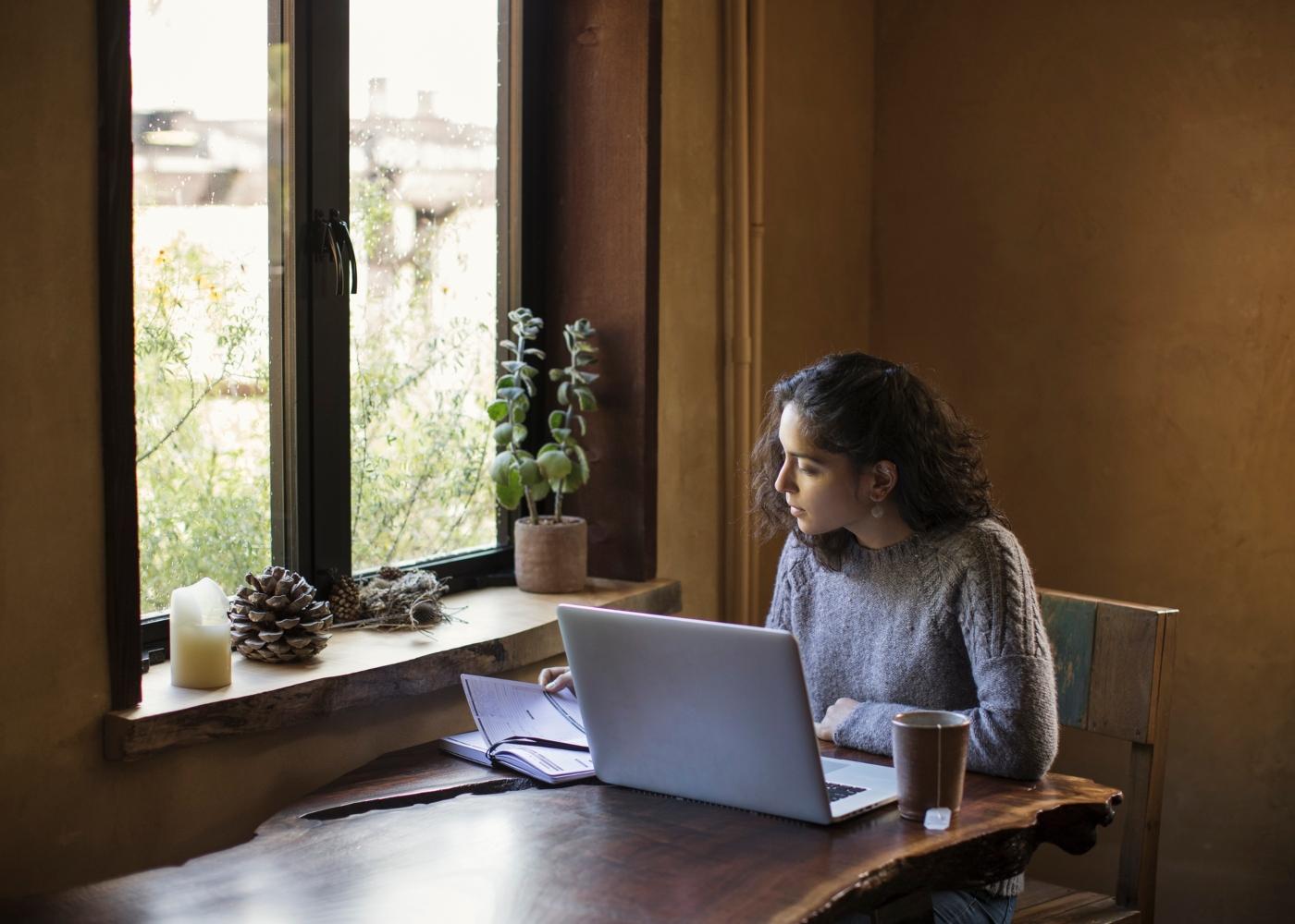 estudante a estudar com computador
