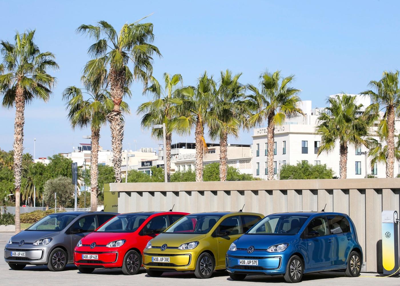 4 carros volkswagen e-up de várias cores