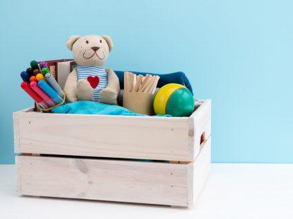 caixa de madeira com objetos para dar