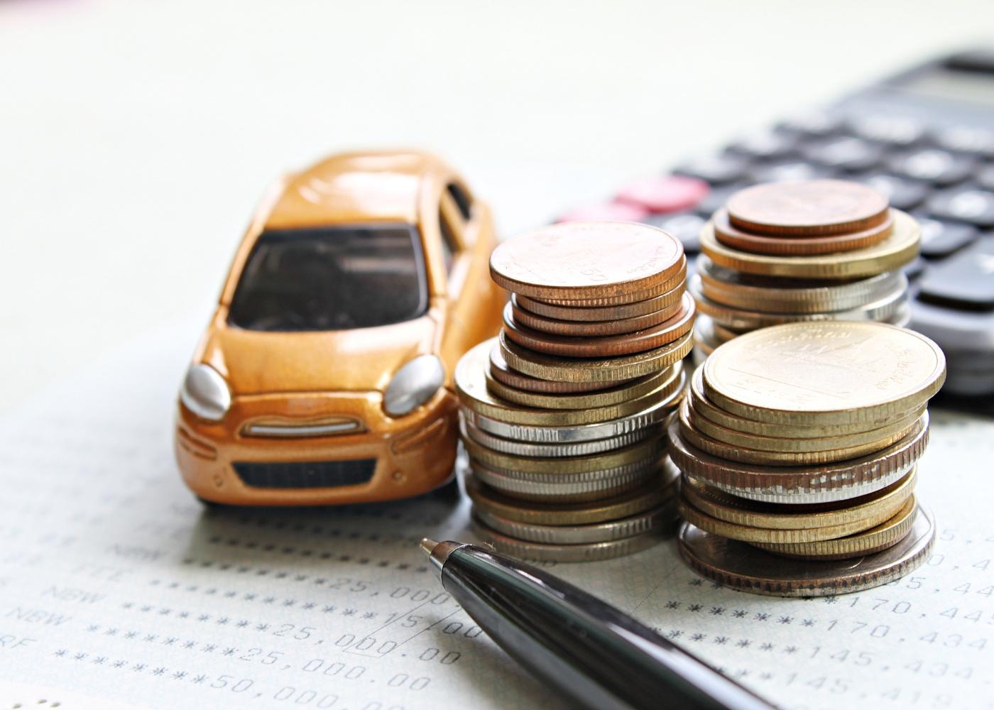 dinheiro, carro e calculadora para ilustrar como recorrer de uma multa