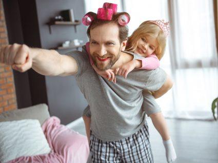 Homem e criança a tratar do cabelo em casa