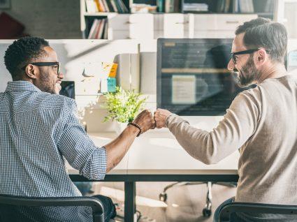 colegas a demonstrar empatia no trabalho