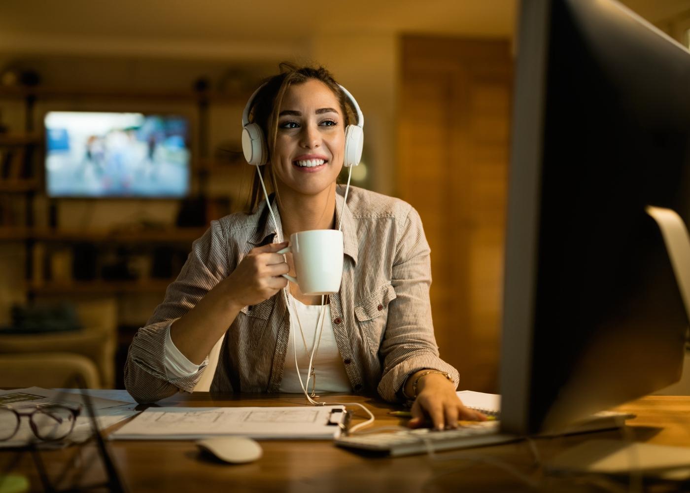 mulher em teletrabalho a mostrar felicidade no trabalho é possível em casa