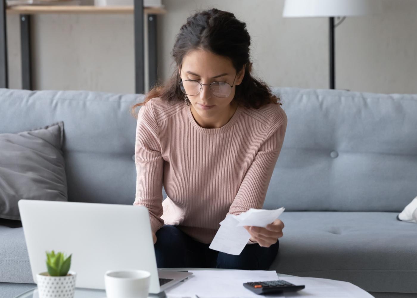 Mulher a contabilizar despesas mensais