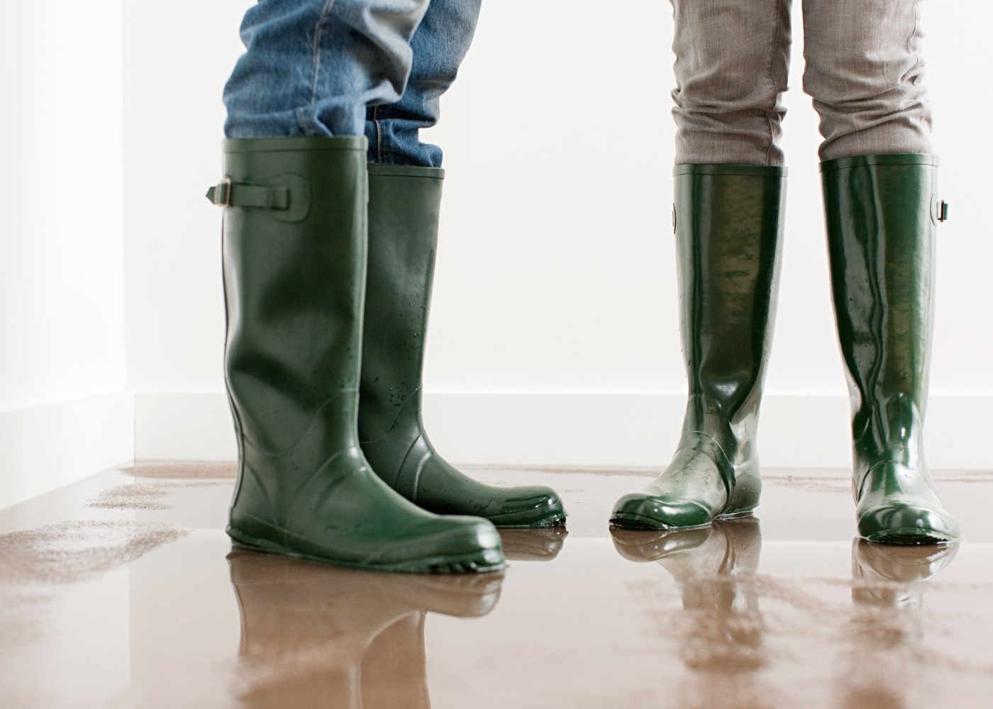 Casal a tratar de inundação em casa