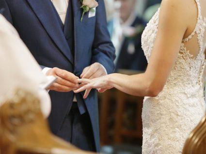noivo a por aliança à noiva