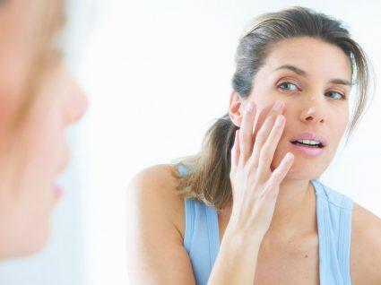 Mulher a fazer limpeza de pele caseira