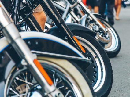 rodas das melhores motas 125 estacionadas