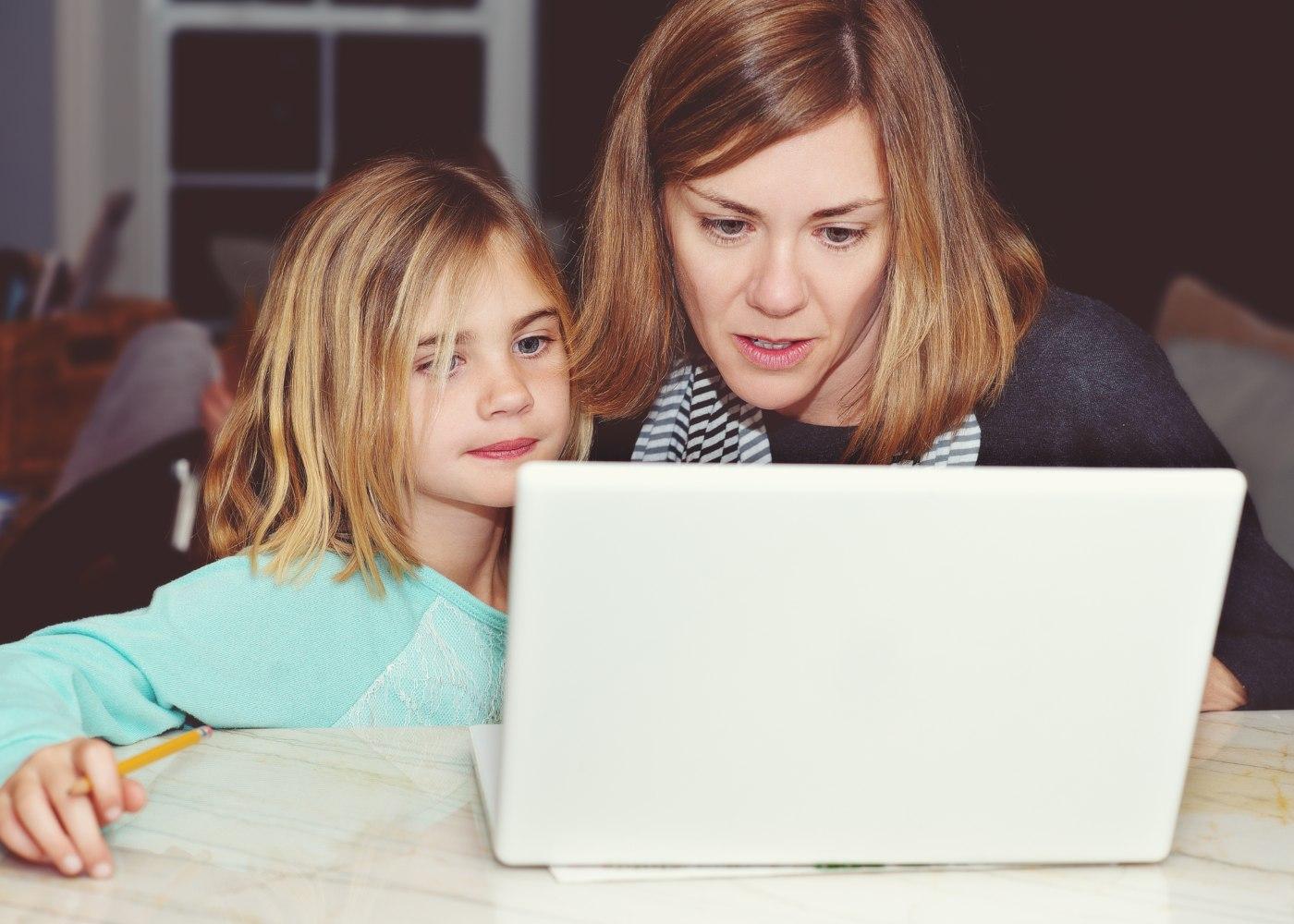 mãe a ajudar filho nos trabalhos da escola e a arranjar motivação para estudar