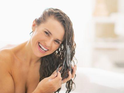 mulher feliz a tratar do cabelo