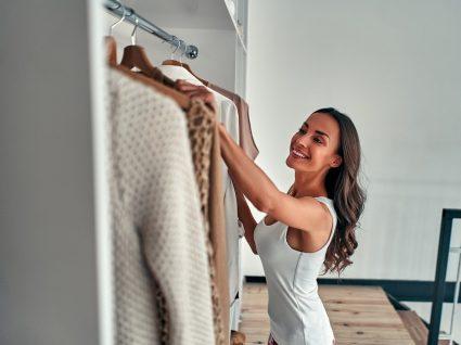 Mulher a organizar o guarda-roupa