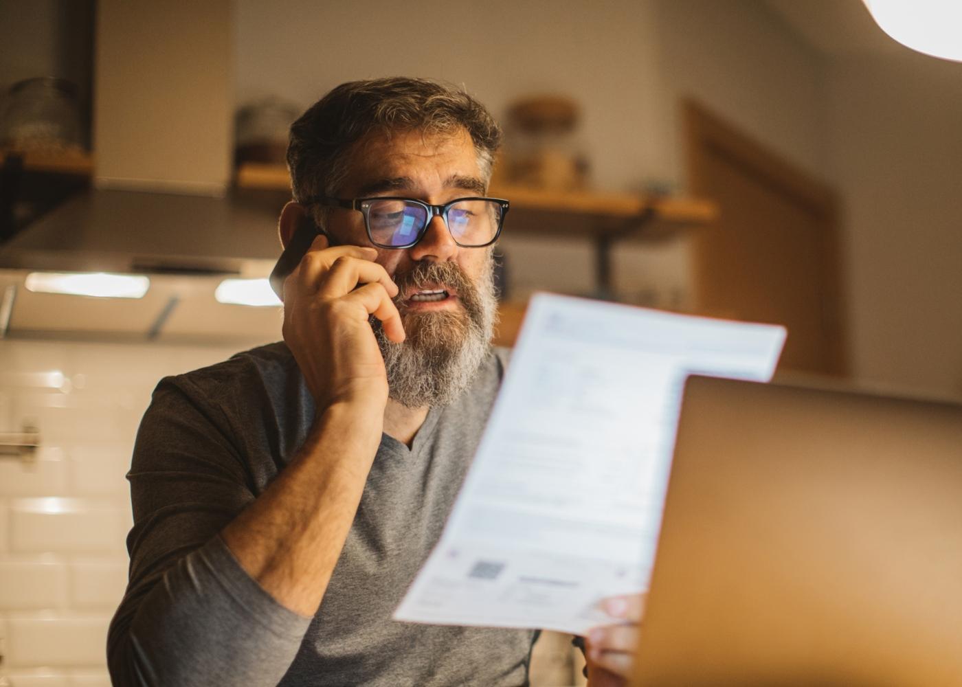 Homem a renegociar contrato de telecomunicações por telefone