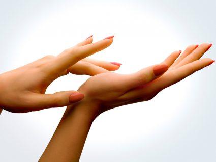 Mãos com unhas de imersão em pó