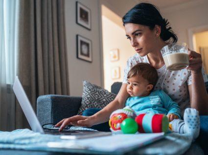 mulher com bebé ao computador a pedir estatuto mãe estudante