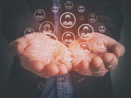 pessoa com as mãos a mostrar símbolos da tecnologia para ilustrar possibilidades do iefponline