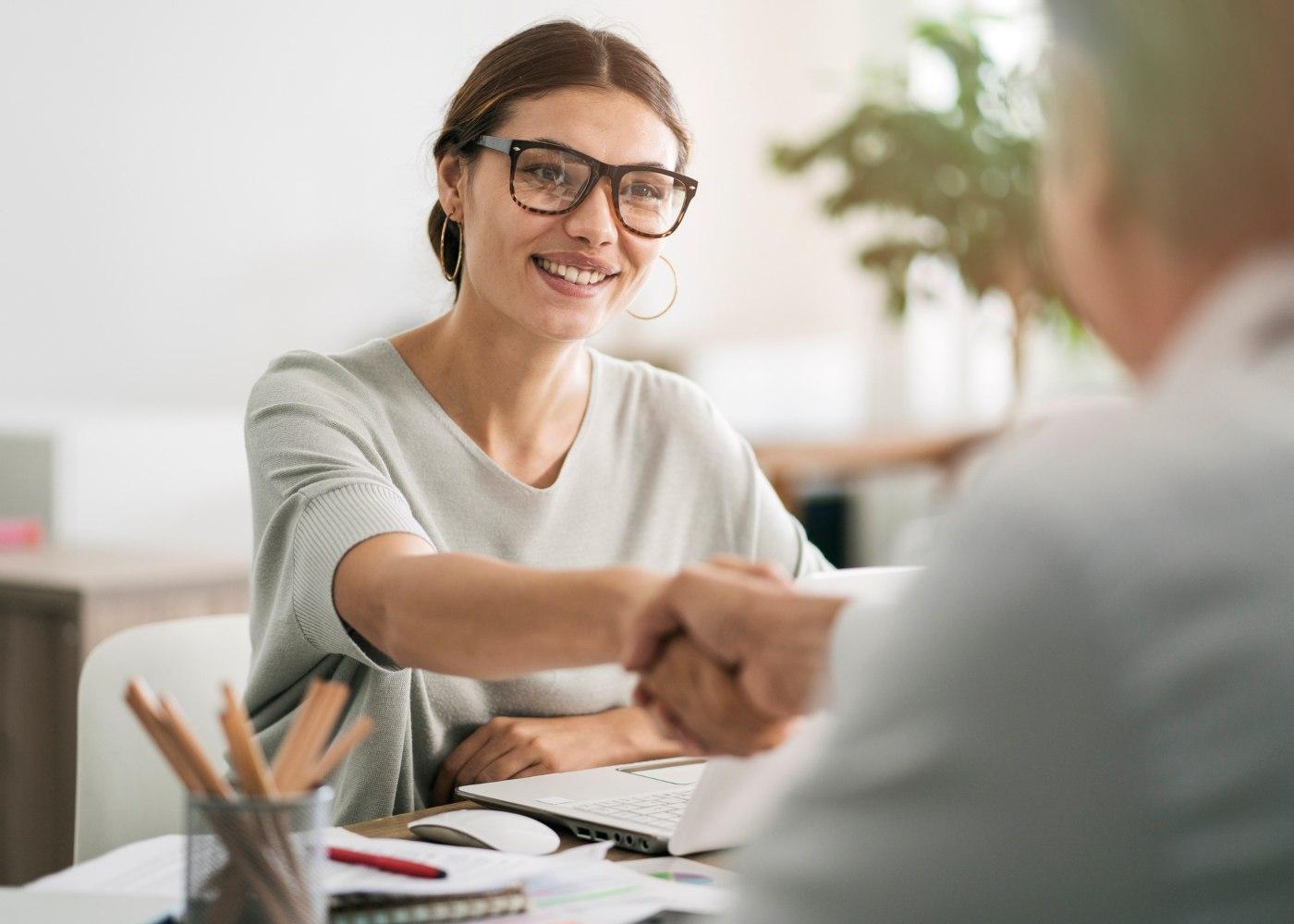 funcionário a aceitar trabalhar sem contrato e cumprimentar empregador