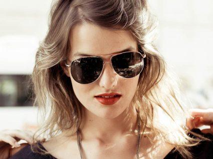 Mulher com óculos de sol e acessórios de estilo