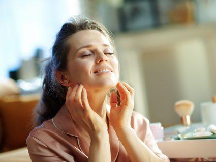 Mulher a usar acessórios para limpar a pele