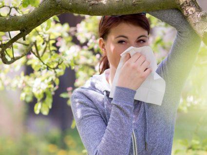 Mulher com alergia ao pólen