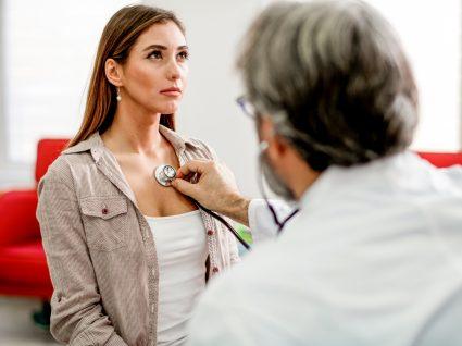 Mulher a despistar angina de peito