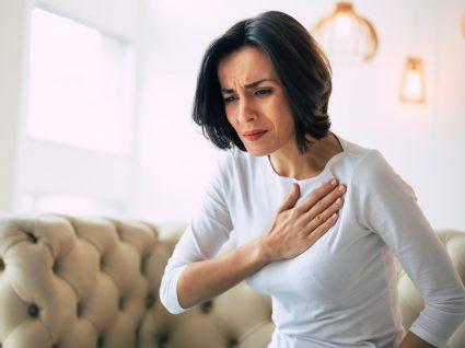 Mulher com aperto no peito