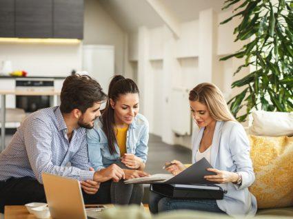 casal a reunir em casa com consultora imobiliária
