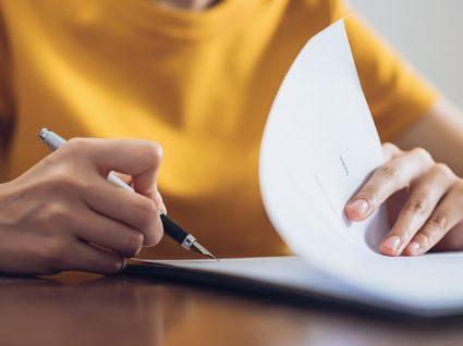 mulher a assinar um contrato de prestação de serviços