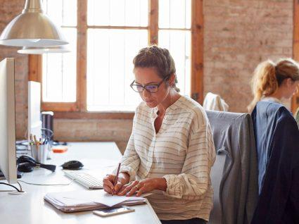 mulher no escritório a consultar os deveres do trabalhador