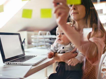 mãe a trabalhar com bebé ao colo