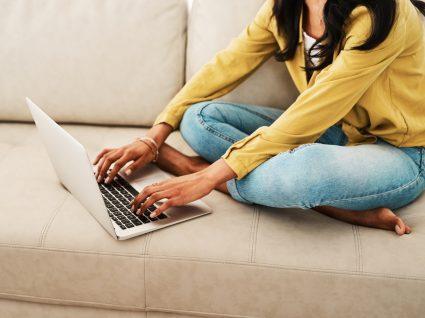 mulher no computador a procurar empregos em part-time