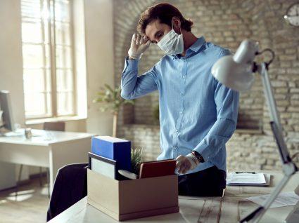homem a arrumar coisas após ser despedido por extinção do posto de trabalho