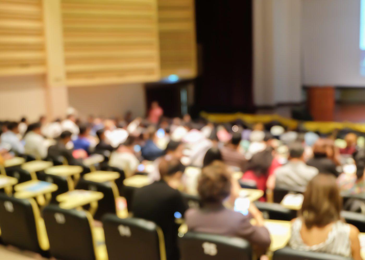 estudantes do ensino superior num auditório