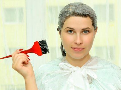 Mulher a pintar o cabelo em casa