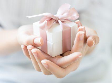 Prendas para o Dia da Mãe: mulher a receber presente