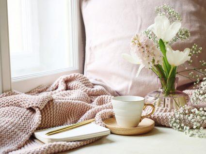vaso com flores a decorar um espaço