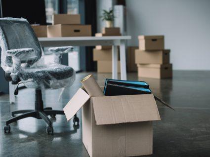 caixas no escritório para preparar transferência no local de trablaho