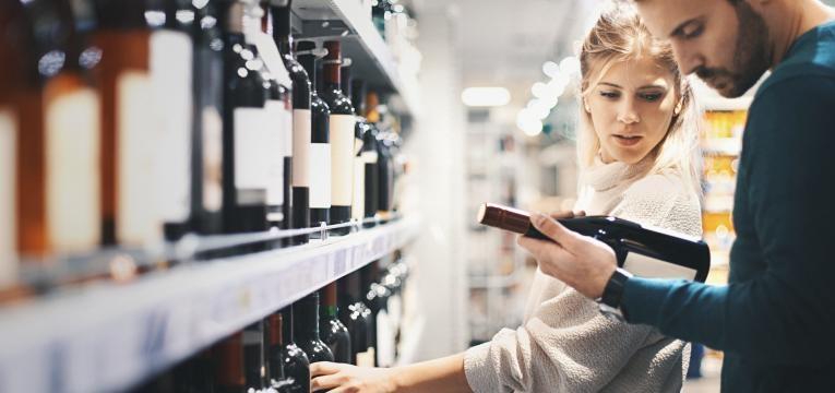 homem e mulher a escolher vinho