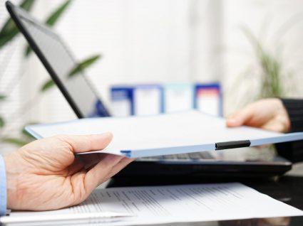 empregador a entregar documentos de despedimento por justa causa a trabalhador