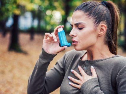 Mulher com asma a usar inalador