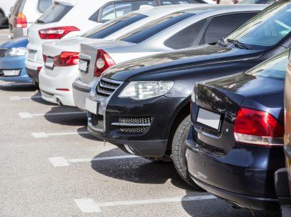 carros seminovos estacionados