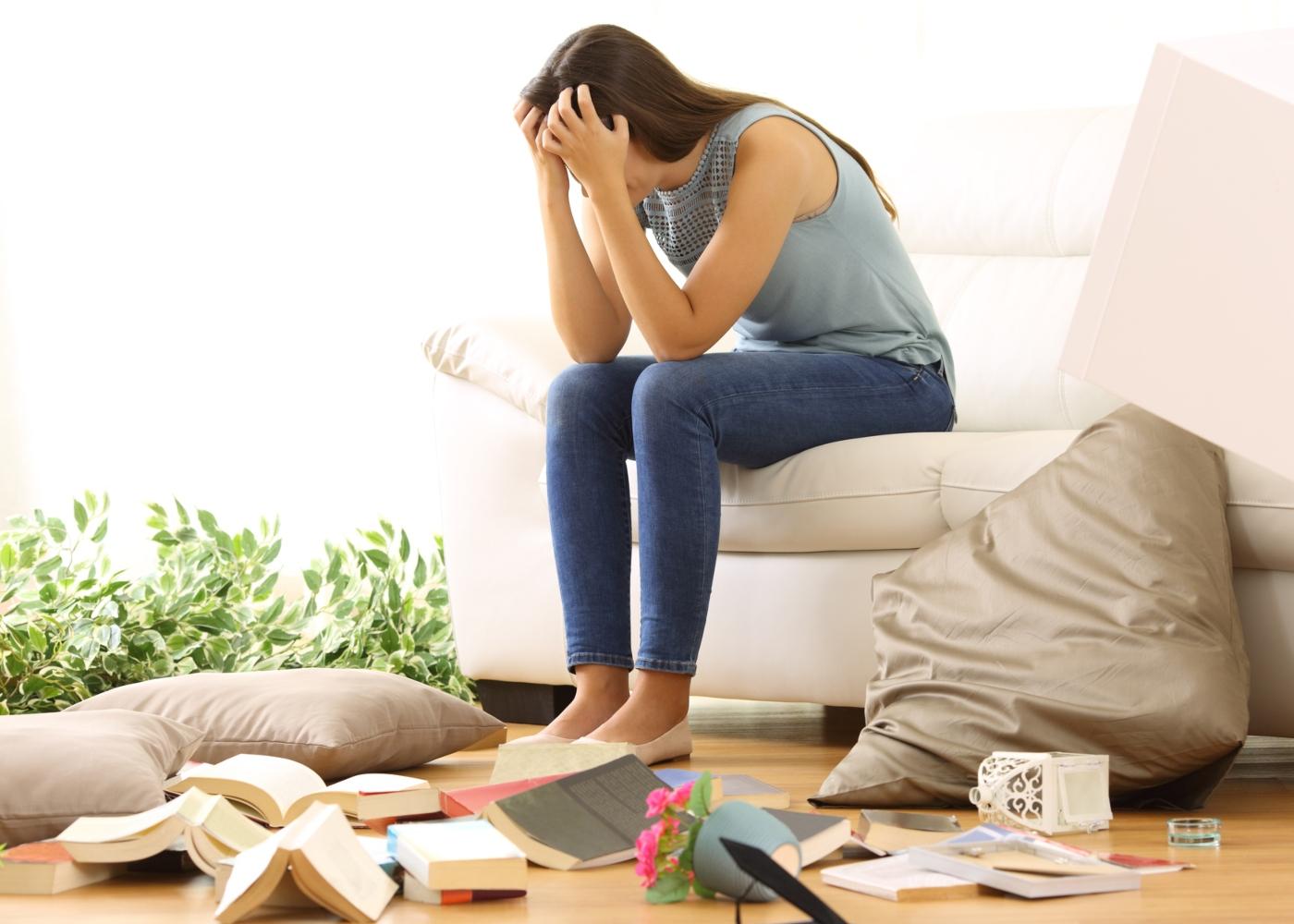 Mulher angustiada por ter a casa virada do avesso